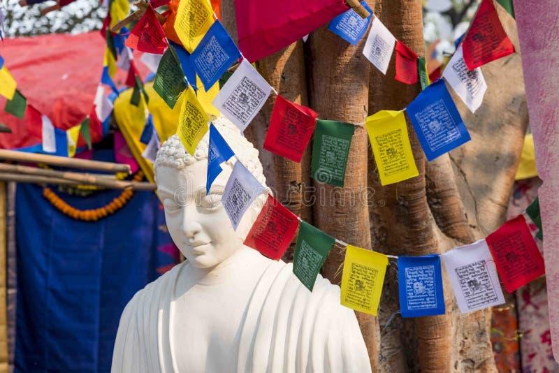 Een wit kleuren marmeren standbeeld van Lord Buddha, stichter van Buddhishm bij Surajkund-festival in Faridabad, India stock foto's