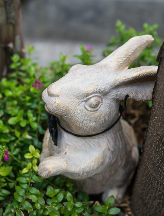Een wit konijn maakte van ceramisch voor decoratie royalty-vrije stock afbeelding