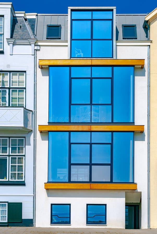 Een wit overzees toevluchthuis met grote glasvensters Het concept van de vakantie travelling Vlissingen En gemaakt tot deze klein stock afbeeldingen