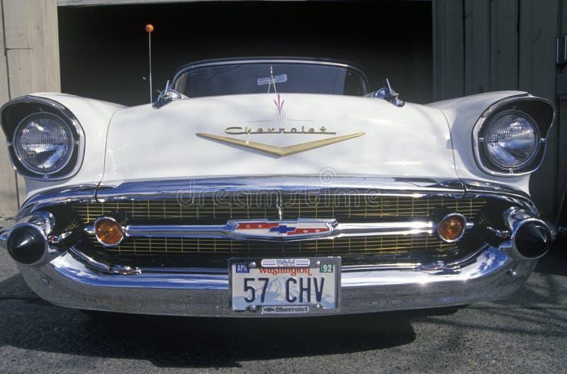 Een witte 1957 Chevrolet convertibel met een nummerplaat die van Washington 57 CHV lezen stock foto