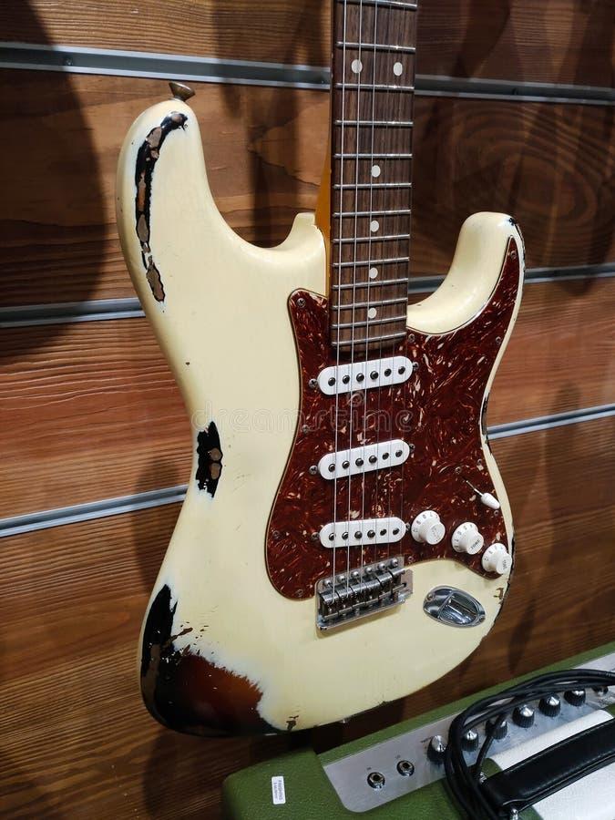 Een witte en bruine oude de winkel 1960 stratocaster van de Stootkussendouane royalty-vrije stock foto's