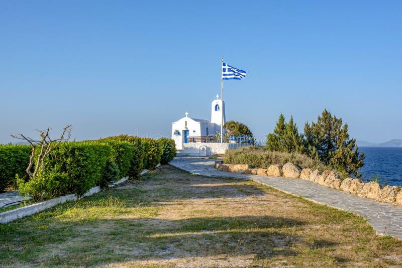 Een witte kleine orthodoxe kapel gewijd aan StNikolaos Rafina, Griekenland stock afbeelding