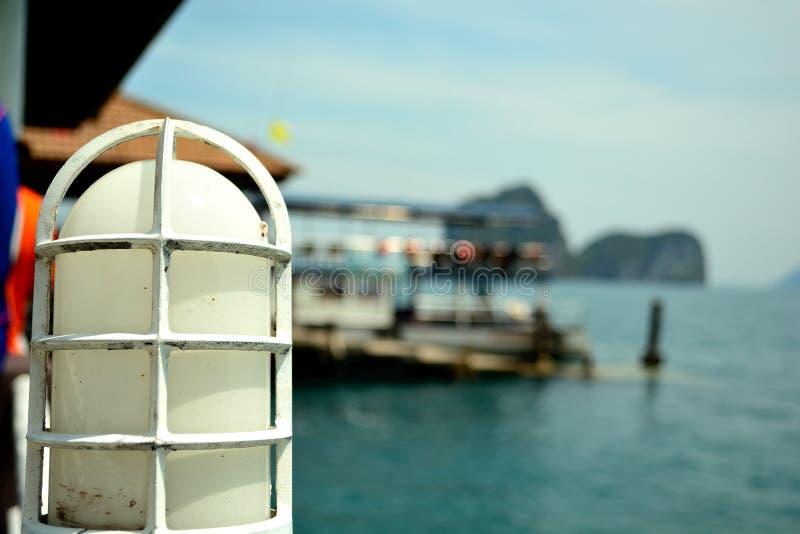Een witte lamp op een brug bij koh ngai stock afbeelding