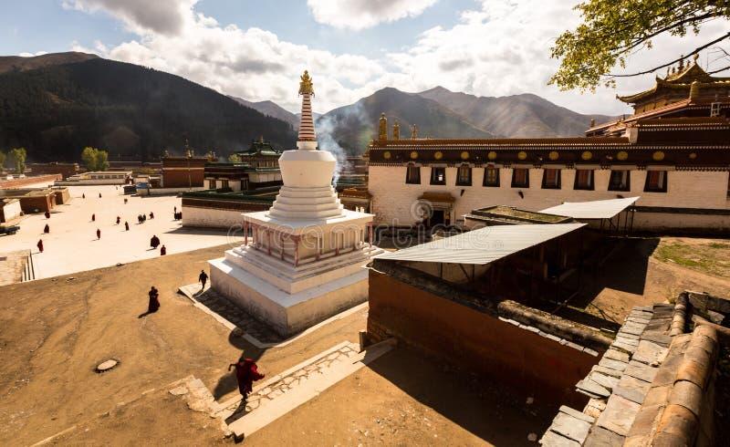 Een Witte Stupa is de Stempel van dit Verre Boeddhistische Klooster royalty-vrije stock foto