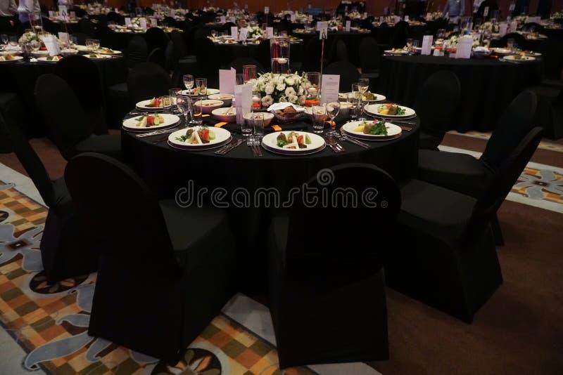Een wonderfully ontworpen mede huwelijksruimte en eettafels of feest royalty-vrije stock afbeeldingen