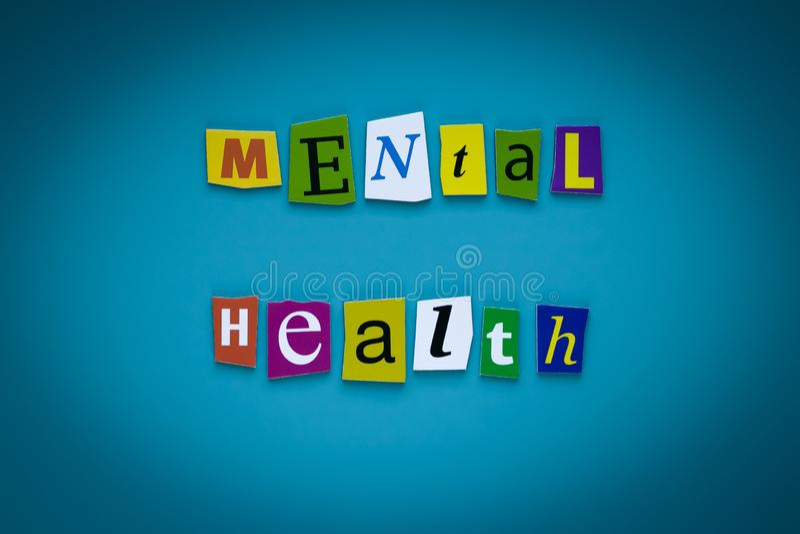 Een woord het schrijven tekst - geestelijke gezondheid - van gesneden brieven op een blauwe achtergrond Krantekop - geestelijke g royalty-vrije stock foto's