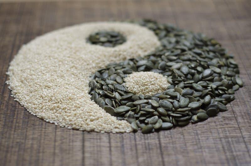 Een yin yang die van zaden wordt gemaakt royalty-vrije stock foto