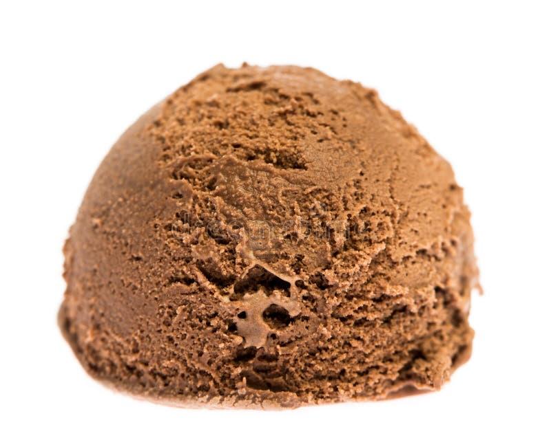 Een zachte die bal van chocoladeroomijs op witte achtergrond wordt geïsoleerd stock foto