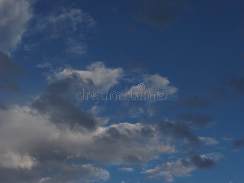 Download Een Zachte Grijze Wolk Met Donkere Vlekken Op De Blauwe Hemel, Van Het Hoogste Recht Is Een Lege Plaats Voor Tekst Stock Afbeelding - Afbeelding bestaande uit vochtigheid, klimaat: 107703223