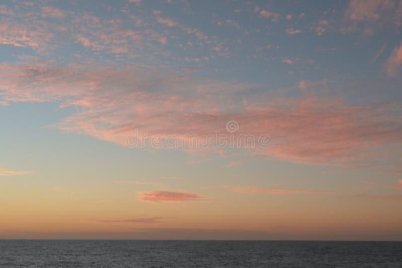 Een zachte wolkenachtergrond met een pastelkleur kleurde cloudscape stock afbeelding