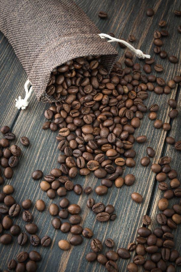 Een zak van geroosterde arabica koffiebonen stock foto's