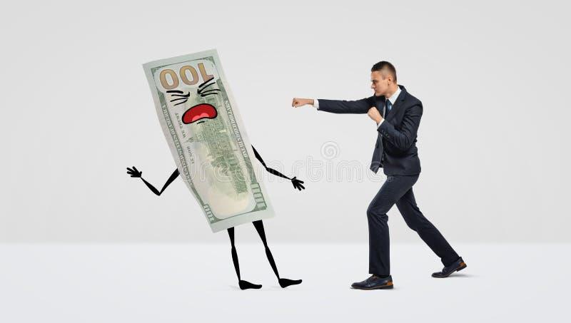 Een zakenman bij het witte in dozen doen als achtergrond met een grote geldrekening met armen, benen en een gezicht royalty-vrije stock foto's