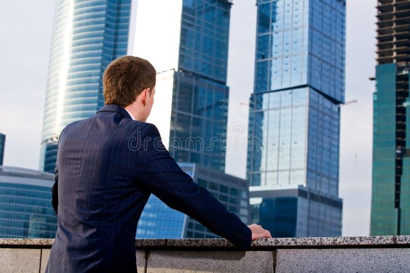 Een zakenman denkt over de toekomst van zaken royalty-vrije stock foto