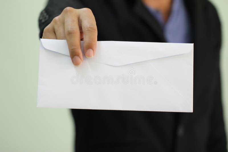 Een zakenman die een lege envelop indienen royalty-vrije stock fotografie