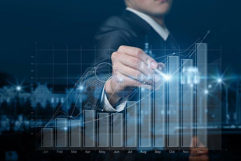Een zakenman die met de groeidiagram werkt royalty-vrije stock afbeelding