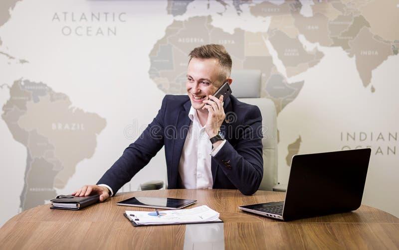 Een zakenman die op een mobiele telefoon, Zakenman spreken die op t spreken stock fotografie