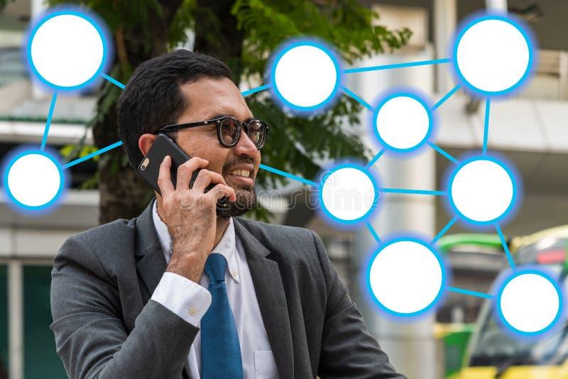 Een zakenman die op mobiele telefoon met verbonden cirkel grafisch symbool spreken royalty-vrije stock foto's