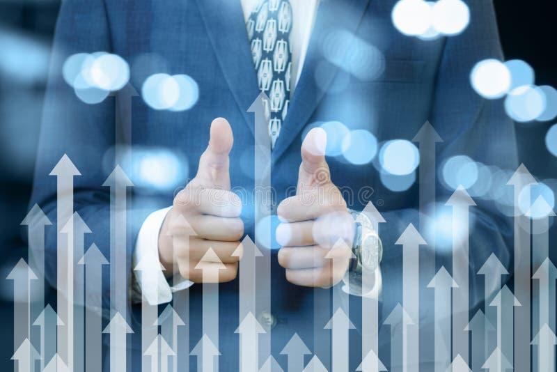 Een zakenman die een positief gebaar met zijn handen tonen die zich achter pijlen het uitgaan bevinden Het concept is het inkomen stock afbeelding