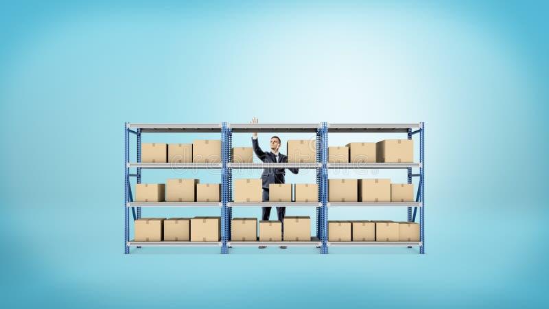 Een zakenman die zich achter een het rekhoogtepunt van het metaalpakhuis bevinden van dozen op blauwe achtergrond stock afbeelding
