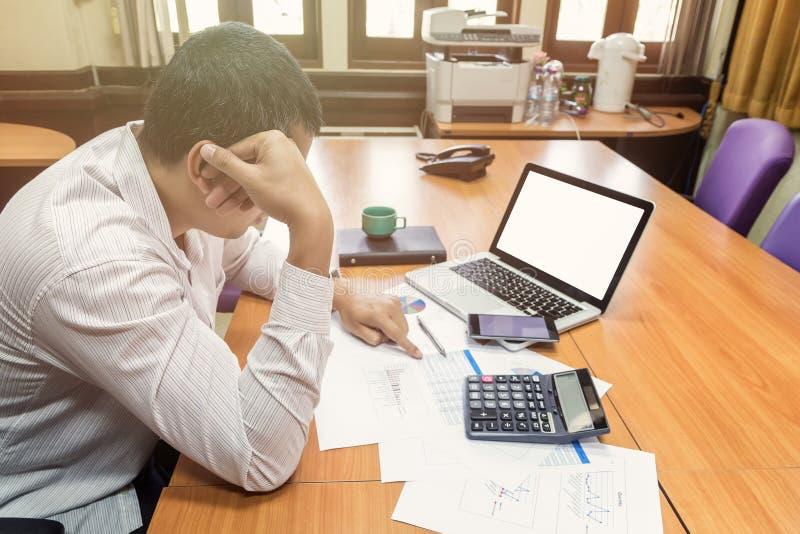 Een zakenman had depressie en droefheid stock afbeeldingen