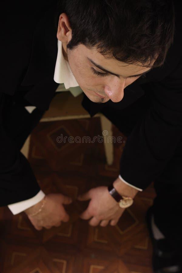 Een zakenman kijkt vermoeid, spanning in bureau royalty-vrije stock afbeelding