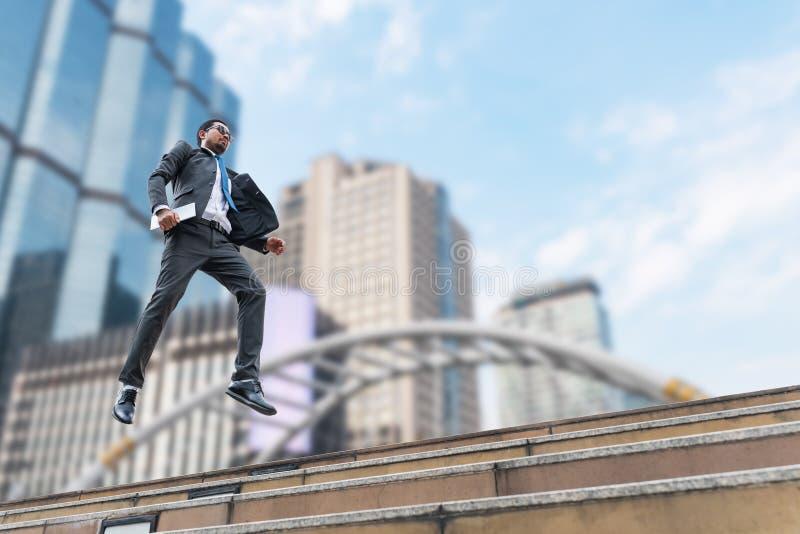 Een zakenman levitatie ondergaat van de grond royalty-vrije stock foto's