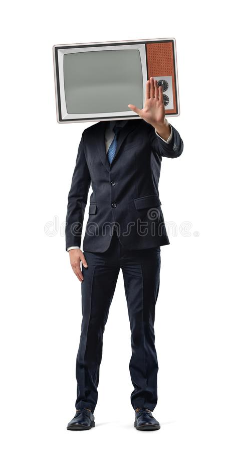 Een zakenman maakt een eindemotie met zijn palm terwijl hij een uitstekende TV-doos op zijn hoofd draagt stock fotografie
