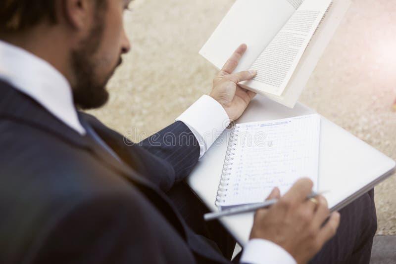 Een zakenman met document documenten en laptop royalty-vrije stock fotografie