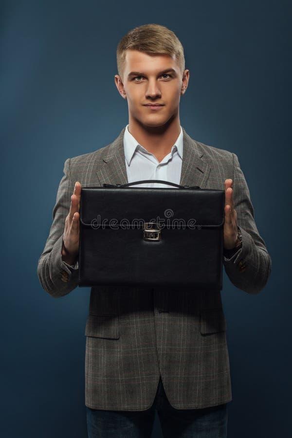 Een zakenman met een aktentas 2 stock fotografie