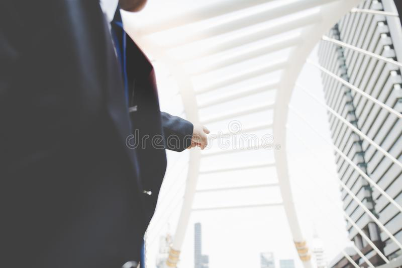 Een zakenman richt vinger aan de wat bouw dat hij t wil royalty-vrije stock afbeelding