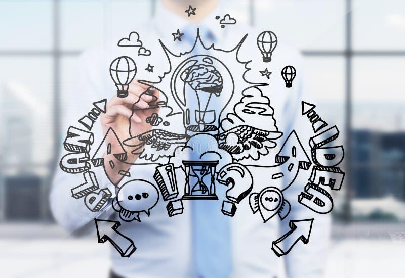 Een zakenman trekt een de ontwikkelingsschets van het businessplan op het glasscherm Een modern panoramisch bureau in onduidelijk stock foto's