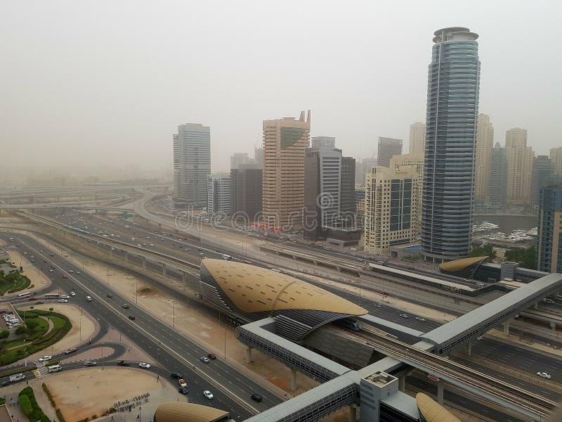 Een zandstorm die de stad in bereiken stock fotografie
