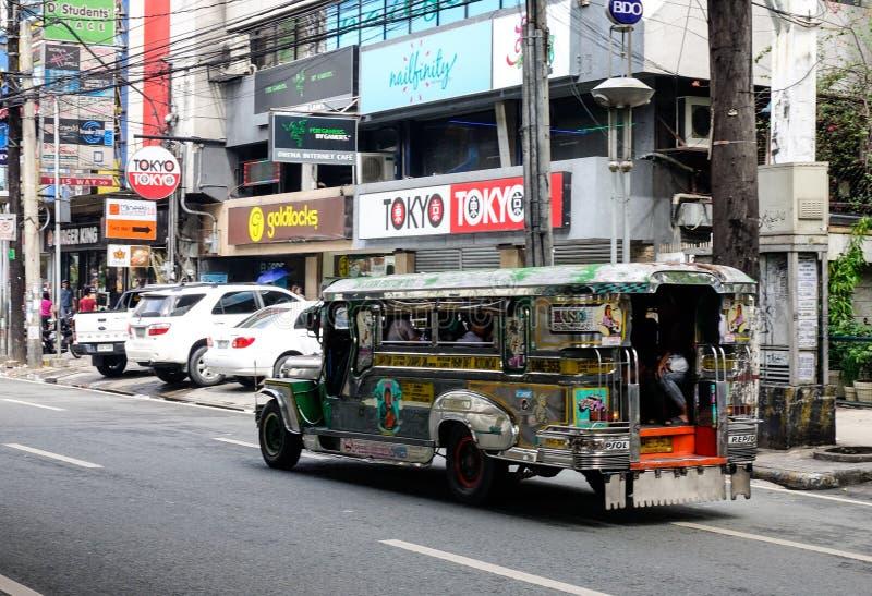 Een zeepney die op straat bij Quezon-stad in Manilla, Filippijnen lopen stock afbeelding