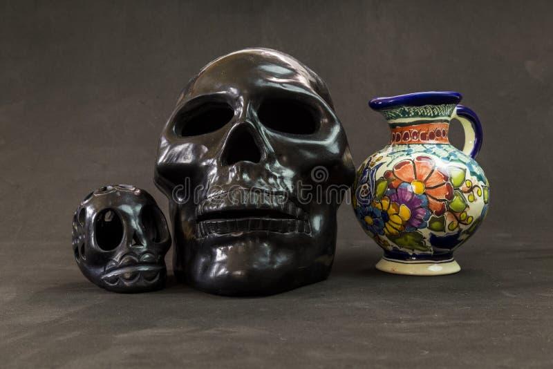 Een zeer ernstige Talavera vaas met twee zwarte schedels van Oaxaca ` s royalty-vrije stock fotografie
