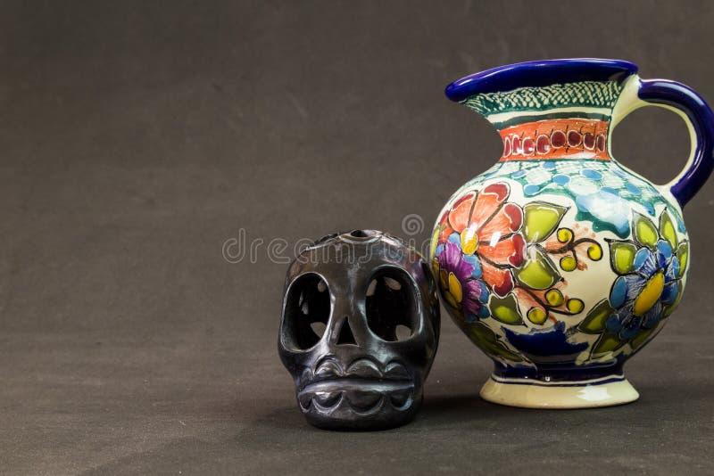 Een zeer ernstige Talavera vaas met een zwarte Oaxaca-schedel royalty-vrije stock afbeeldingen