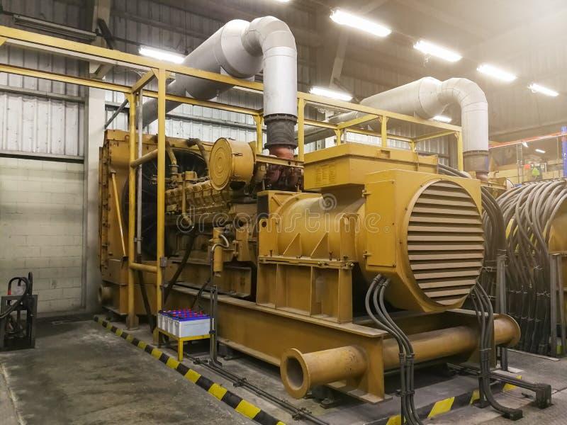 Een zeer grote elektrische diesel generator in fabriek voor noodsituatie, stock afbeelding