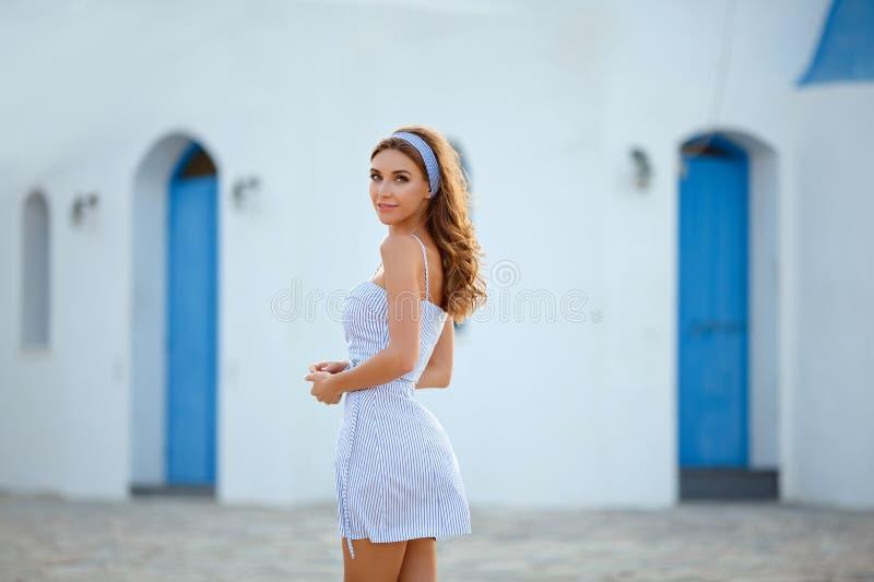 Een zeer mooi sensueel en sexy meisje in een blauwe gestreepte kleding i stock afbeeldingen