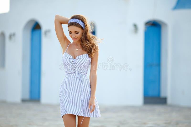 Een zeer mooi sensueel en sexy meisje in een blauwe gestreepte kleding i royalty-vrije stock afbeelding