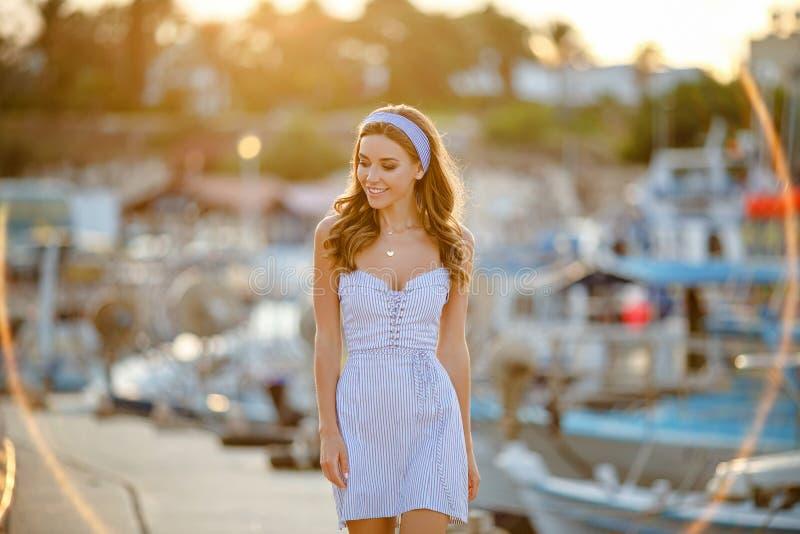 Een zeer mooi sensueel en sexy meisje in een blauwe gestreepte kleding i royalty-vrije stock afbeeldingen