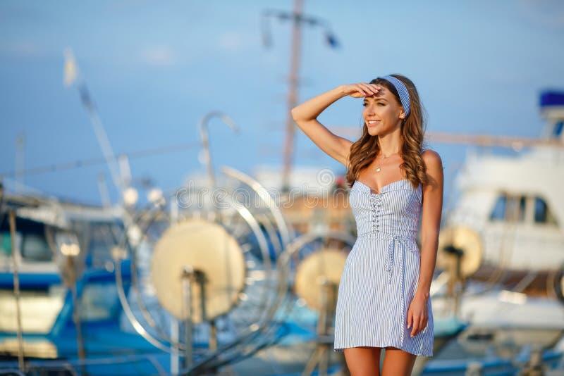Een zeer mooi sensueel en sexy meisje in een blauwe gestreepte kleding l royalty-vrije stock fotografie