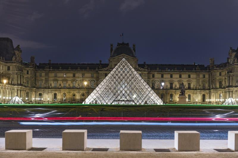 Een zeer mooie mening van het museum van le Louvre bij nacht stock afbeeldingen