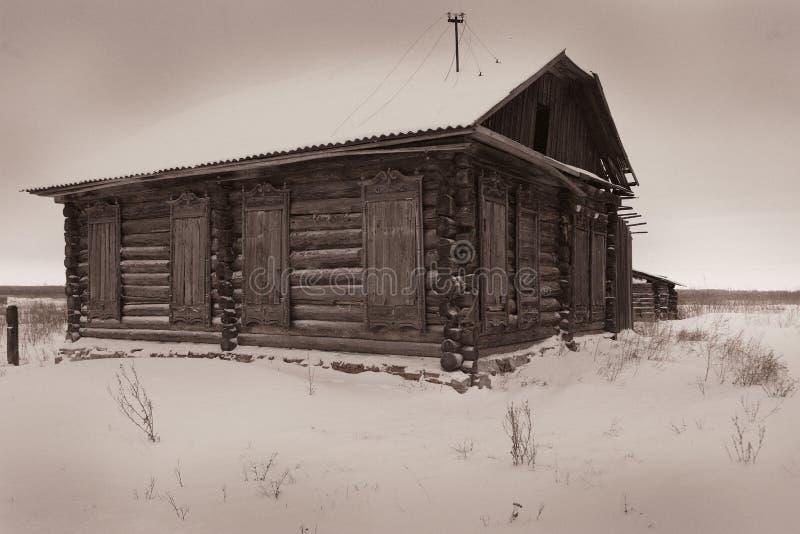 Een zeer oud verlaten blokhuis stock foto