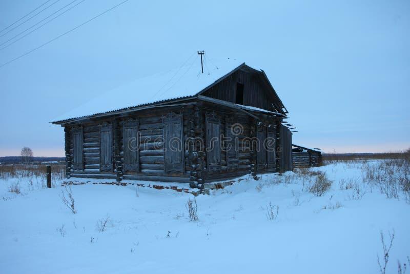 Een zeer oud verlaten blokhuis stock fotografie