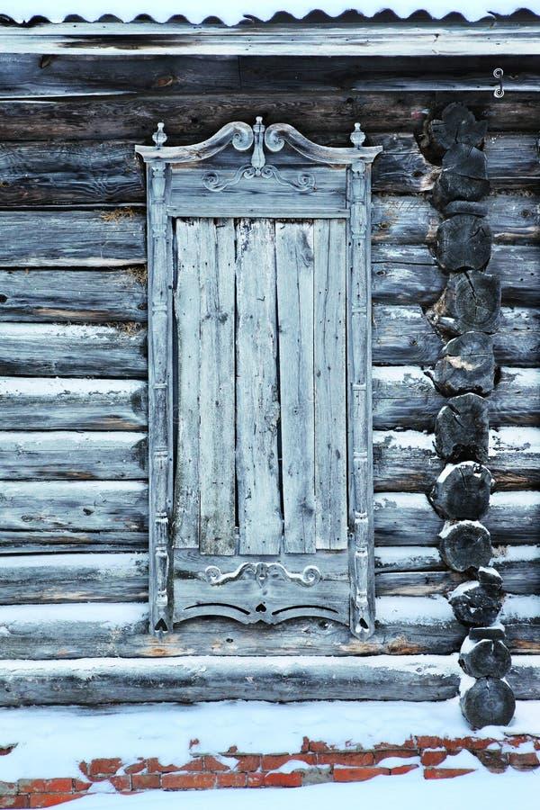 Een zeer oud verlaten blokhuis royalty-vrije stock afbeeldingen