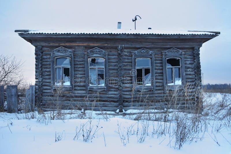 Een zeer oud verlaten blokhuis royalty-vrije stock afbeelding