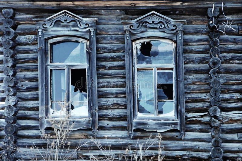 Een zeer oud verlaten blokhuis royalty-vrije stock foto