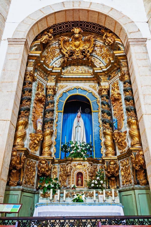 Een zeer rijk barok die altaar van Vergulde Woodcarving gewijd aan Onze Dame van Fatima wordt gemaakt stock afbeeldingen