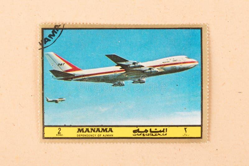 Een zegel in de V.A.E wordt gedrukt toont een oud vliegtuig Boeing 747, circa 1980 die royalty-vrije stock afbeelding