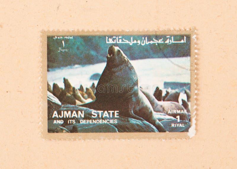 Een zegel in de V.A.E wordt gedrukt toont een zeeleeuw, circa 1980 die royalty-vrije stock afbeeldingen