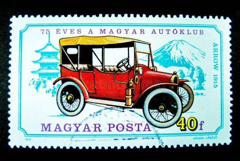 Een zegel in Hongarije wordt gedrukt toont een beeld van rode oude klassieke auto gewijd aan de 75ste verjaardag van de Hongaarse royalty-vrije stock afbeeldingen
